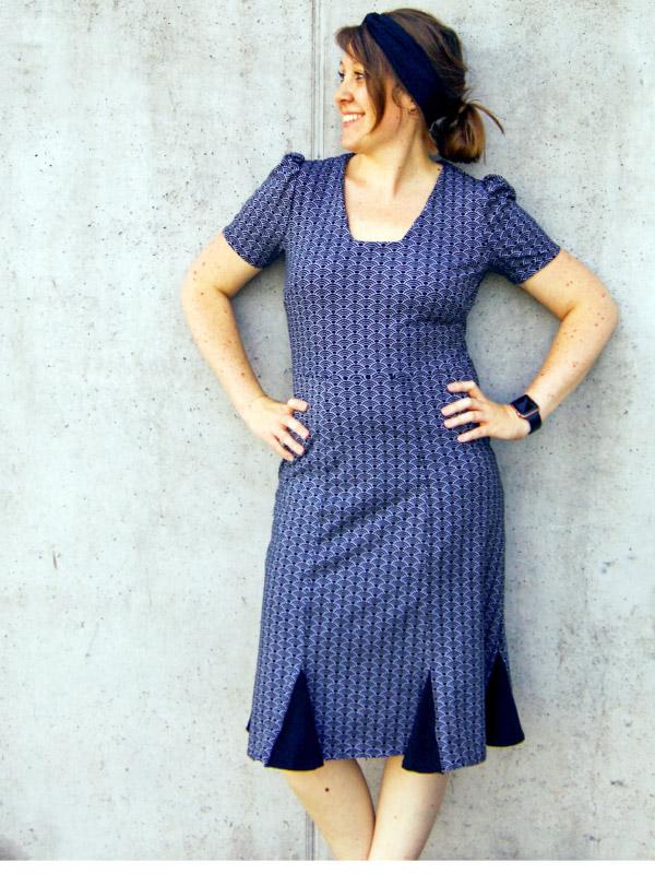 Kleid Elfie blau vor betonwand